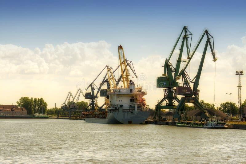 Gdański, Polska, Jun - 21, 2016: wiele żurawie na tle, pracujący ludzi, wysyła łódź fotografia stock