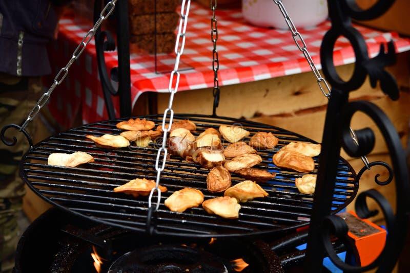 GDAŃSKI, POLSKA - Sierpień 2018 dymił ser znać jako oscypek na grillu, Tradycyjny połysk fotografia stock