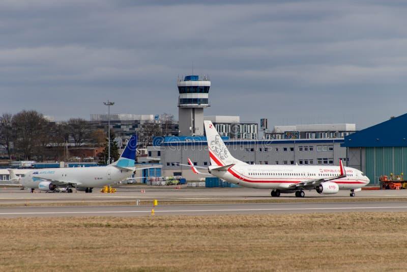 Gdański, pomorskie, Polska, Marzec/-, 27, 2019: Lotnisko w Gdańskim Pas startowy i samoloty przy lotniskiem zdjęcia stock