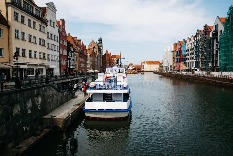 Gdansk com a cidade velha bonita sobre o rio de Motlawa, Polônia foto de stock royalty free