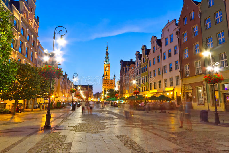 Gdansk com o salão de cidade na noite imagem de stock