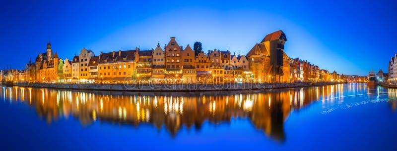 Gdansk na noite com reflexão no rio de Motlawa imagem de stock royalty free