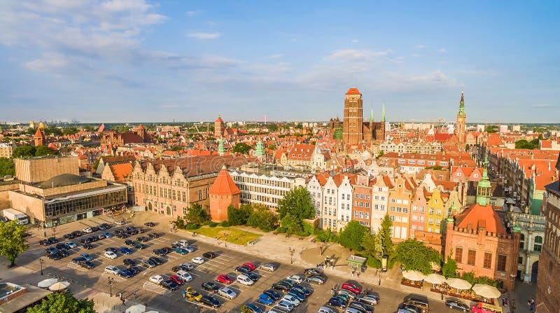 Gdansk - panorama de la ciudad vieja con la torre visible de la basílica y del gran arsenal fotos de archivo