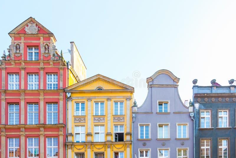 GDANSK, POLÔNIA - EM AGOSTO DE 2018: Por muito tempo Market Street, casas velhas medievais decorativas coloridas típicas, arquite fotos de stock