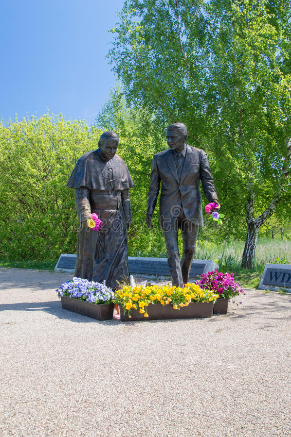 Gdansk, Polônia - 22 de maio de 2017: Monumento do papa John Paul II e do presidente Ronald Regan em Ronald Regan Park em Gdansk- fotografia de stock royalty free