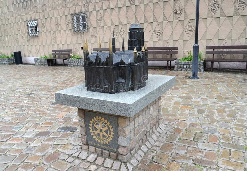 gdansk poland Modellen av en kyrka av den Sanka oskulden Mary på stadsgatan royaltyfria foton