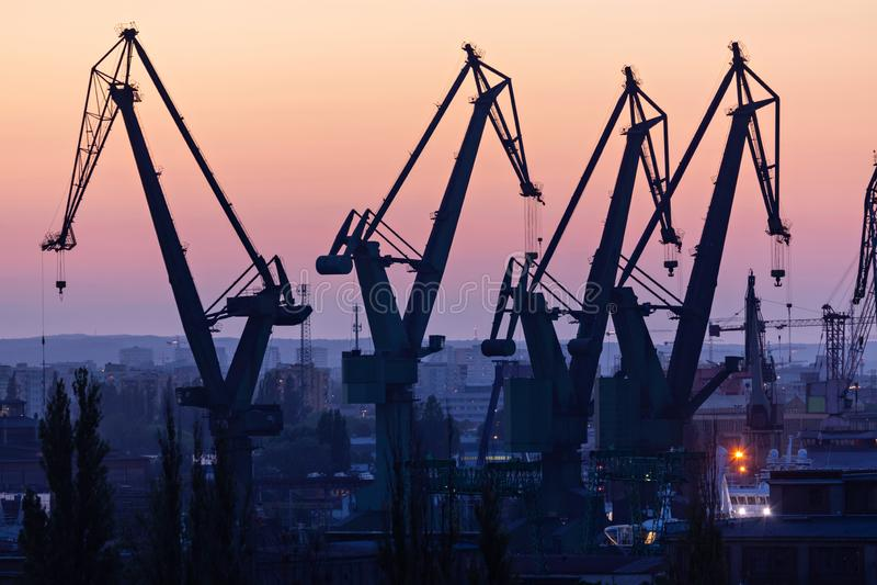 Gdansk, Poland Silhuetas de guindastes do porto fotografia de stock