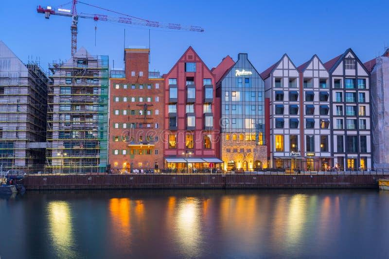 Gdansk Polen - April 7, 2019: Arkitektur av nya hus på spannmålsmagasinön i Gdansk på skymning, Polen royaltyfria bilder
