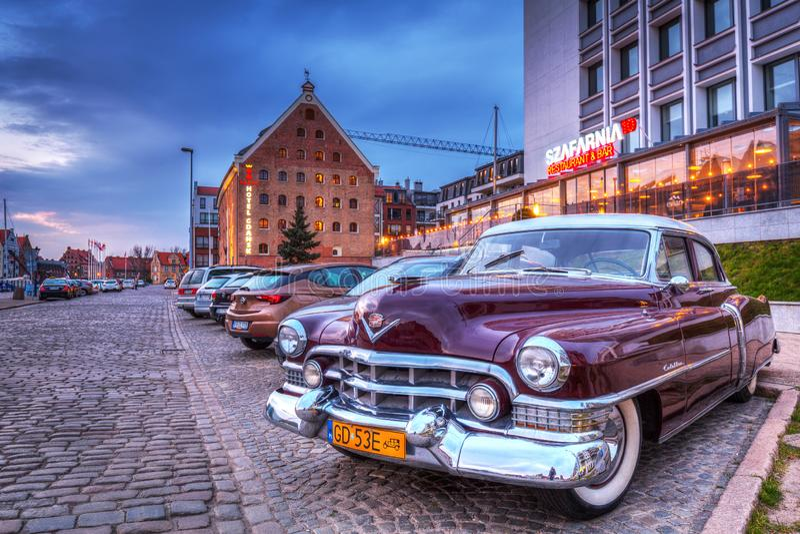 Gdansk, Polen - 16. April 2019: Klassisches CadillacParkplatz an der alten Stadt von Gdanks, Polen stockfotos