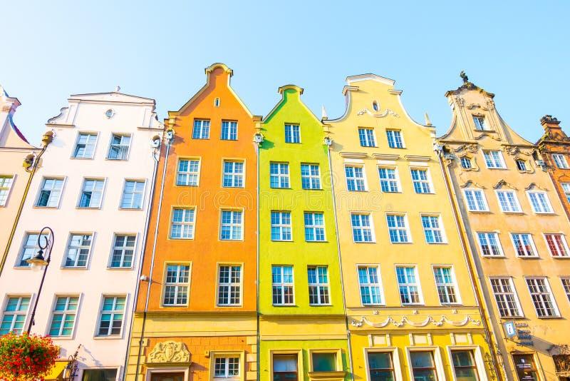 GDANSK, POLEN - AUGUSTUS, 2018: Lang Market Street, typische kleurrijke decoratieve middeleeuwse oude huizen, Koninklijke Routear stock foto