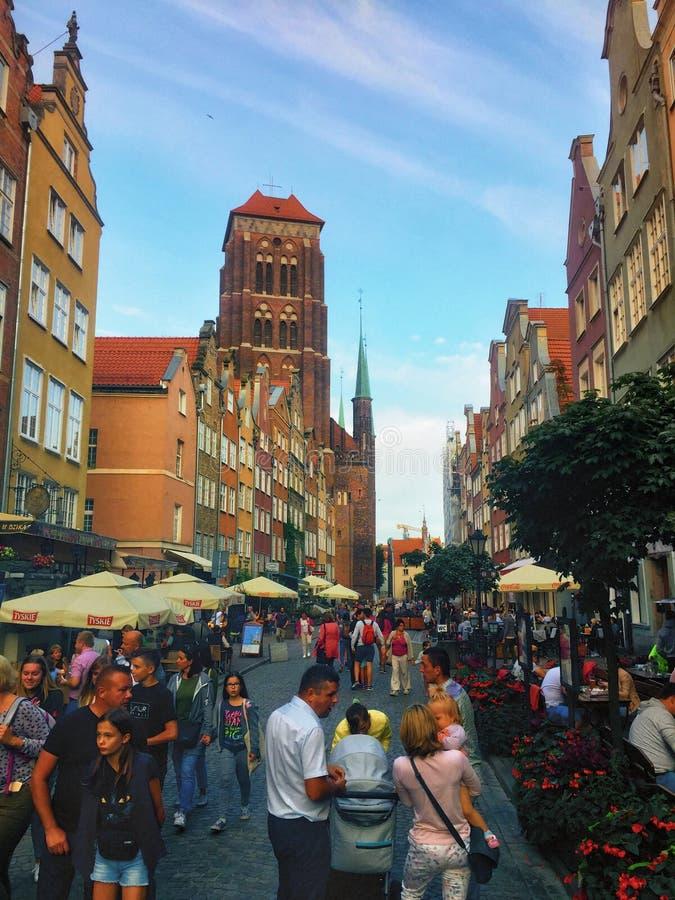 Gdansk Polen, den Piwna gatan trängde ihop med turister royaltyfri bild