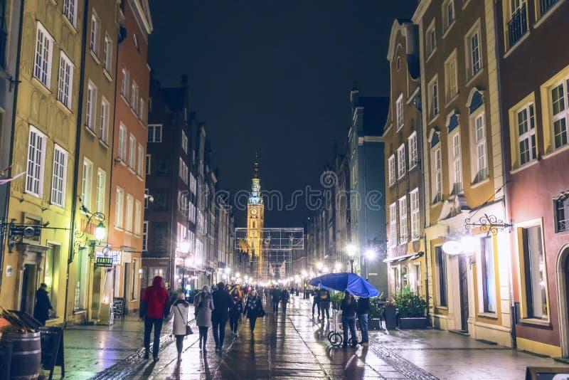 GDANSK, POLEN - 3. DEZEMBER 2016: Leute gehen entlang die lange Straße Dluga in alter Stadt Gdansks, Polen Turm von GdanskRathaus stockbilder