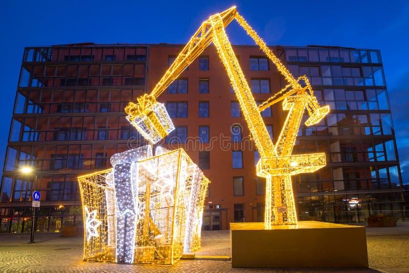 Gdansk, Polen - 5 januari 2020: Verlichtde decoraties in de vorm van kerstmis met kraanhijsen in Gdansk, Polen stock foto's