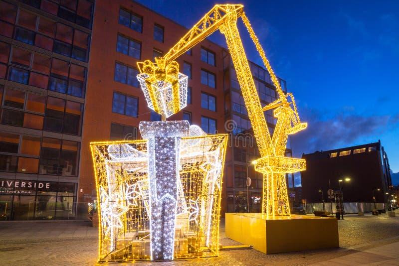 Gdansk, Polen - 5 januari 2020: Verlichtde decoraties in de vorm van kerstmis met kraanhijsen in Gdansk, Polen royalty-vrije stock afbeeldingen