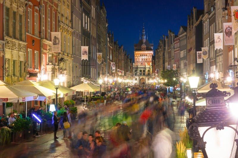 Gdansk, Polonia - 14 de agosto de 2017: Gente en el carril largo de la ciudad vieja en Gdansk en la oscuridad, Polonia imagen de archivo