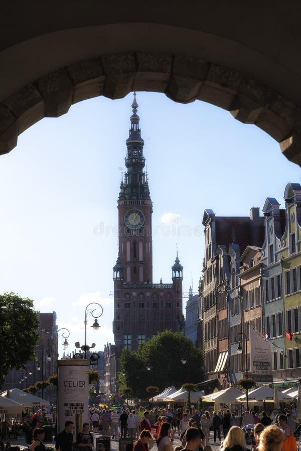 Gdansk, Polonia - 21 de junio de 2016: calle del viejo centro de ciudad histórico, cuadrado de Dlugi Targ, ayuntamiento principal fotografía de archivo