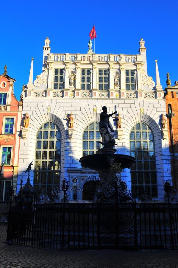 Gdansk, Polonia, el 2 de diciembre de 2017 Fuente de Neptuno en el arrendatario de oro histórico popular h de la atracción turíst fotografía de archivo