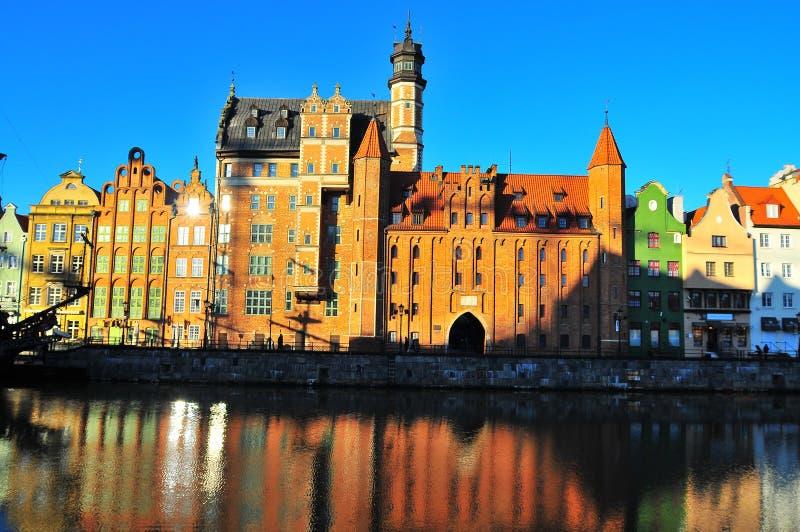 Gdansk, Polonia, el 2 de diciembre de 2017 La puerta de St Mary en sol de la tarde, foto de archivo