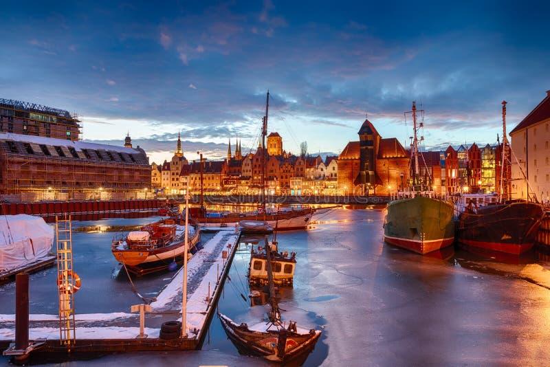 Gdansk port i den gamla staden, nattvintersikt royaltyfria bilder