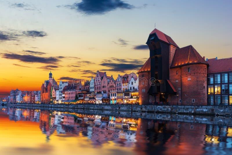 Gdansk solnedgång ovanför den Motlawa och Zuraw portkranen, Polen arkivfoto