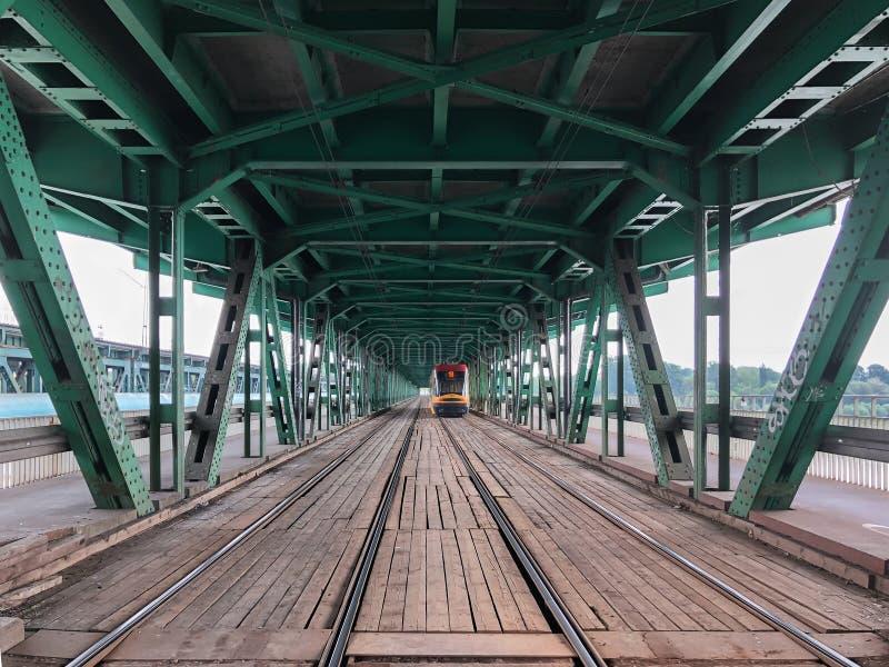 Gdanski przerzuca most, Warszawa, Polska, Czerwiec, 2018: Tramwaju sztachetowy widok w starym stal mosta tunelu obrazy royalty free