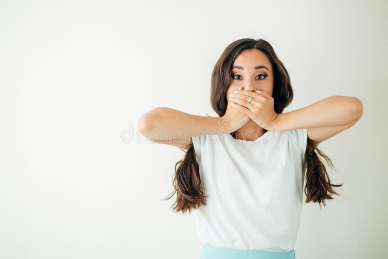 Gderliwa kobieta wyraża negatywne emocje Wściekła kobieta seansu obmierzłość zdjęcia stock