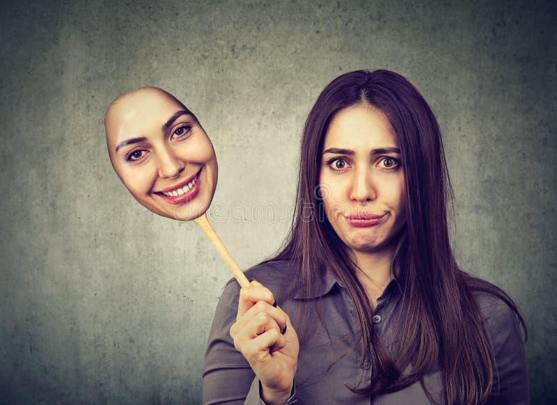Gderliwy dokuczający zawodzący kobiety brać szczęśliwa maska fotografia stock