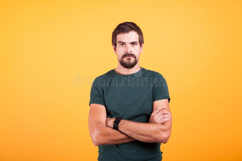 Gderliwy zaakcentowany zmartwiony mężczyzna na żółtym tła lookin przy kamerą zdjęcia stock