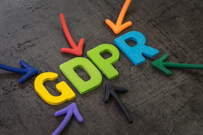 GDPR, γενική έννοια κανονισμού προστασίας δεδομένων, ζωηρόχρωμα βέλη που δείχνει τη λέξη GDPR στο κέντρο του μαύρου τσιμέντου στοκ εικόνα με δικαίωμα ελεύθερης χρήσης