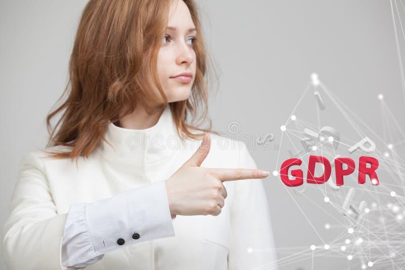 GDPR, εικόνα έννοιας Γενικός κανονισμός προστασίας δεδομένων, η προστασία των προσωπικών στοιχείων Νέα γυναίκα που εργάζεται με στοκ εικόνα