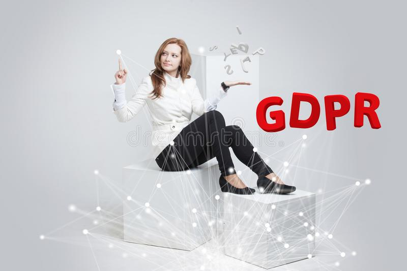 GDPR, εικόνα έννοιας Γενικός κανονισμός προστασίας δεδομένων, η προστασία των προσωπικών στοιχείων Νέα γυναίκα που εργάζεται με στοκ φωτογραφία