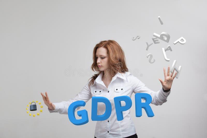 GDPR, изображение концепции Общая регулировка защиты данных, защита личных данных Молодая женщина работая с стоковое фото