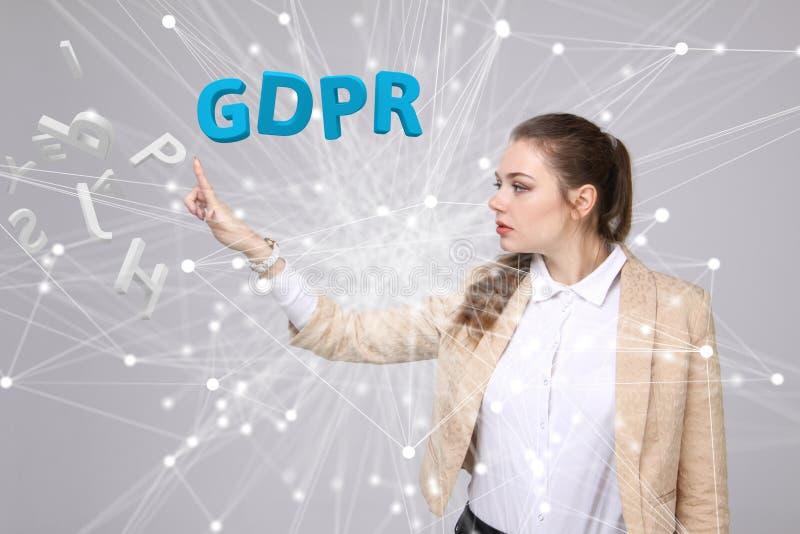 GDPR-conceptenbeeld Algemene Gegevensbeschermingverordening, de bescherming van persoonsgegevens Jonge vrouw die werken met stock afbeeldingen