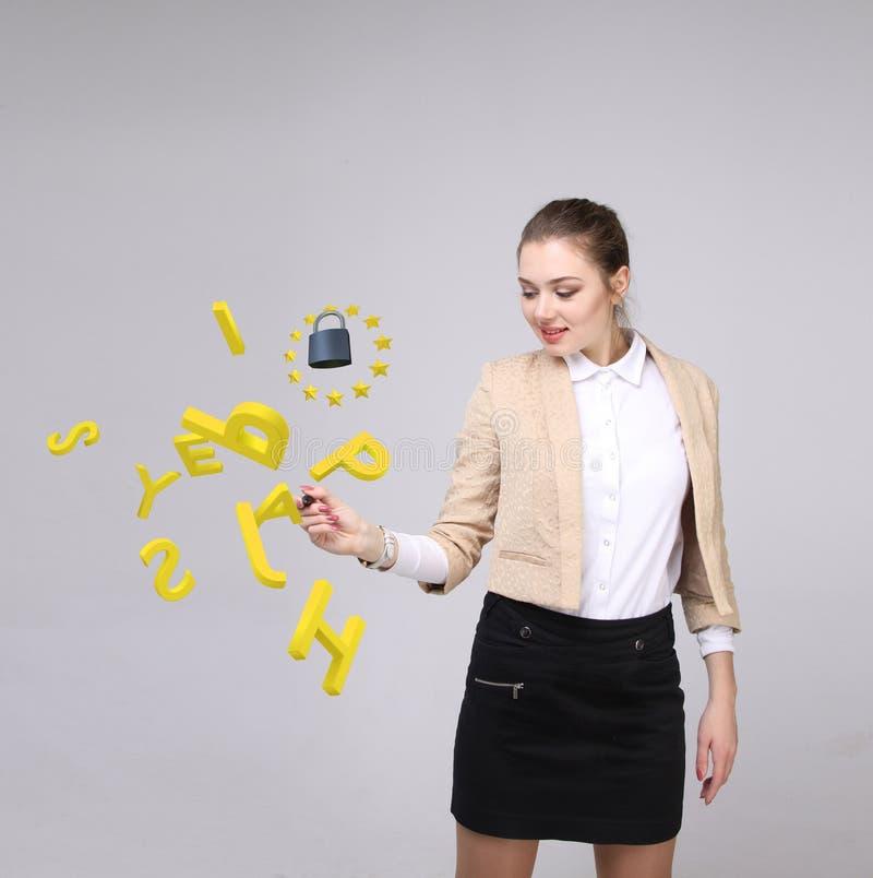 GDPR, conceptenbeeld Algemene Gegevensbeschermingverordening, de bescherming van persoonsgegevens Jonge vrouw die werken met stock fotografie