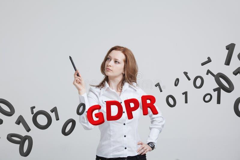 GDPR, conceptenbeeld Algemene Gegevensbeschermingverordening, de bescherming van persoonsgegevens Jonge vrouw die werken met royalty-vrije stock foto's
