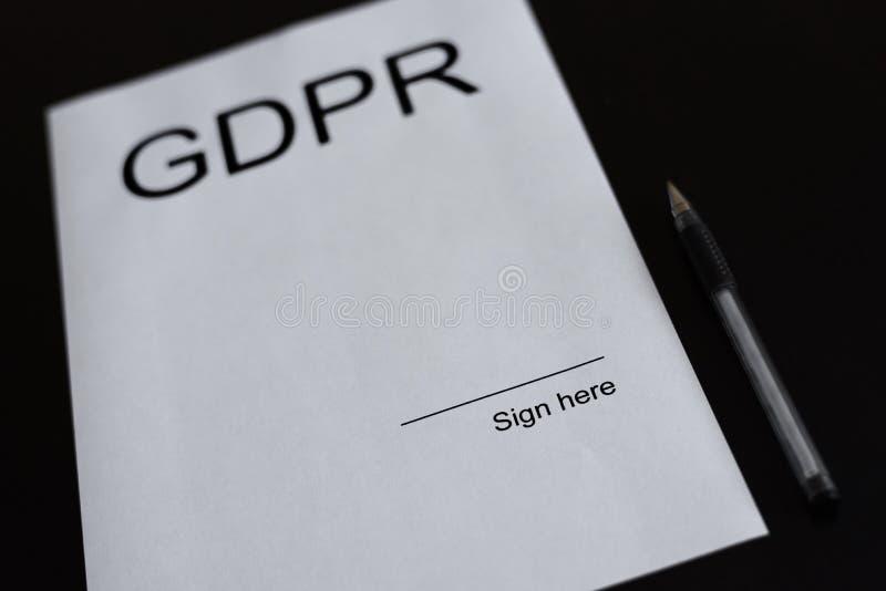GDPR-document met lege ruimte om het te ondertekenen stock afbeelding