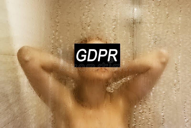 GDPR Een jonge vrouw is verborgen achter de Verordening van de inschrijvings Algemene Gegevensbescherming stock foto's
