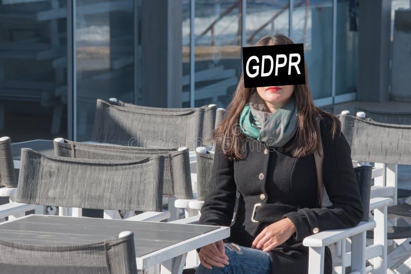 GDPR Een jonge vrouw is verborgen achter de Verordening van de inschrijvings Algemene Gegevensbescherming stock afbeelding