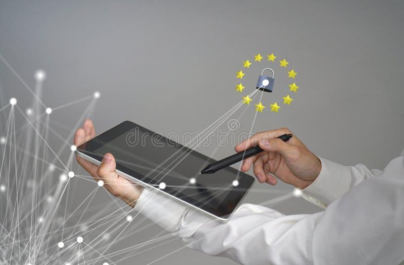 GDPR- eller DSGVO-begrepp Reglering för skydd för allmänna data, skyddet av personliga data Ung man med minnestavlaarbeten arkivfoto