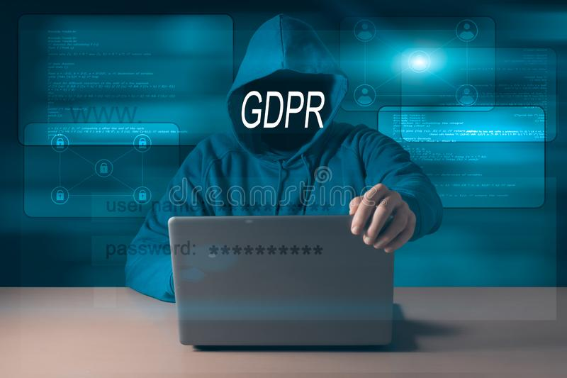 GDPR En hacker som döljer hans framsida bak en reglering för skydd för allmänna data för inskrift arkivbild