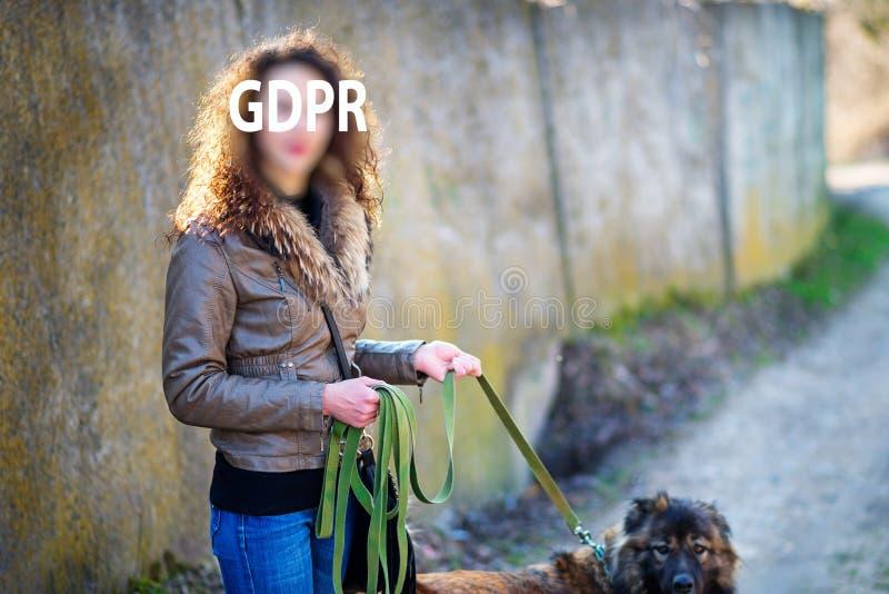 Gdpr, femme tient un chien de berger caucasien sur la laisse à l'automne ils fait une promenade photos libres de droits