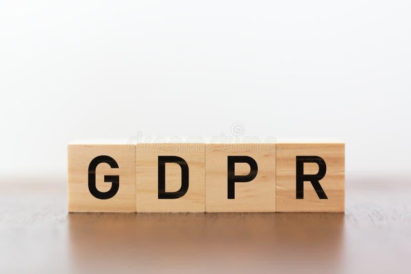 GDPR geschrieben auf hölzerne Würfel lizenzfreies stockbild