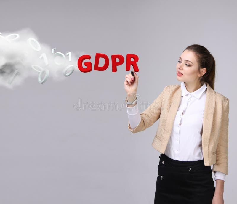 GDPR, Konzeptbild Allgemeine Daten-Schutz-Regelung, die Schutz Personenbezogener Daten Junge Frau, die mit arbeitet stockfotografie