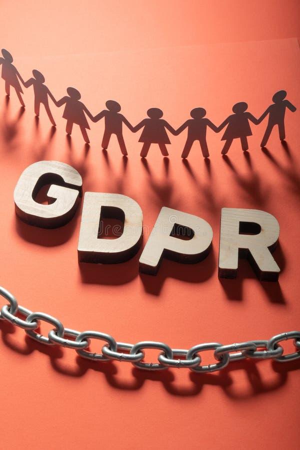 GDPR listy przed istota ludzka papieru postaciami i metalu łańcuchem Ogólny ochrona danych pojęcie obraz royalty free