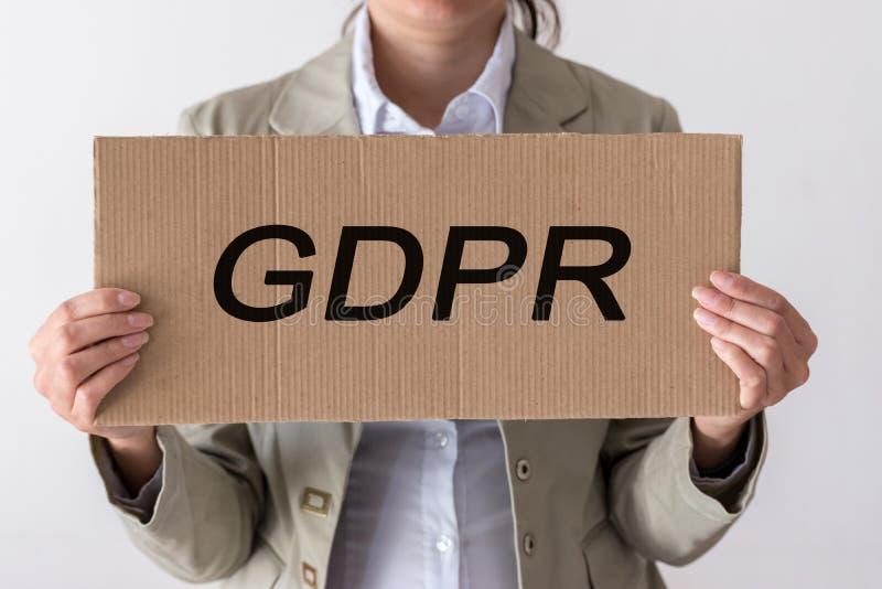 GDPR Młoda kobieta chuje za wpisowym Ogólnych dane ochrony przepisem obraz royalty free