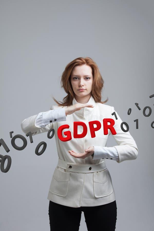 GDPR, pojęcie wizerunek Ogólnych dane ochrony przepis ochrona osobiści dane Młoda kobieta pracuje z zdjęcia stock