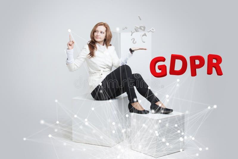 GDPR, pojęcie wizerunek Ogólnych dane ochrony przepis ochrona osobiści dane Młoda kobieta pracuje z fotografia stock