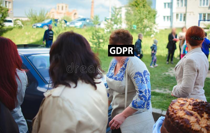 Gdpr, portrait d'une femme plus âgée en broderie, elle traversant la rue, visage couvert par l'inscription de la protection des d photographie stock libre de droits