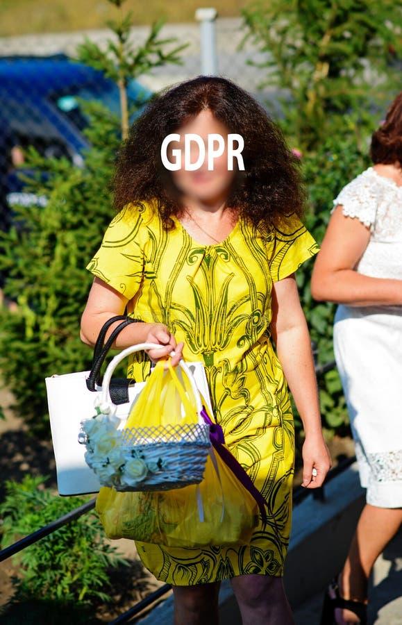 Gdpr, portrait de femme avec de longs cheveux onduleux, elle se tenant dehors et tenant un panier avec des fleurs photos libres de droits