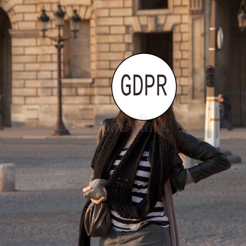 GDPR - retrato de uma jovem mulher, cara da rua coberta com o regulamento geral da proteção de dados da inscrição Segurança do Cy imagens de stock